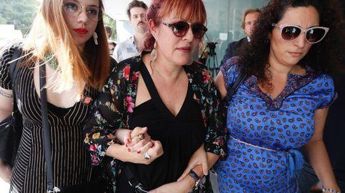 La procesión del coño insumiso va a los juzgados entre gritos feministas y cristianos