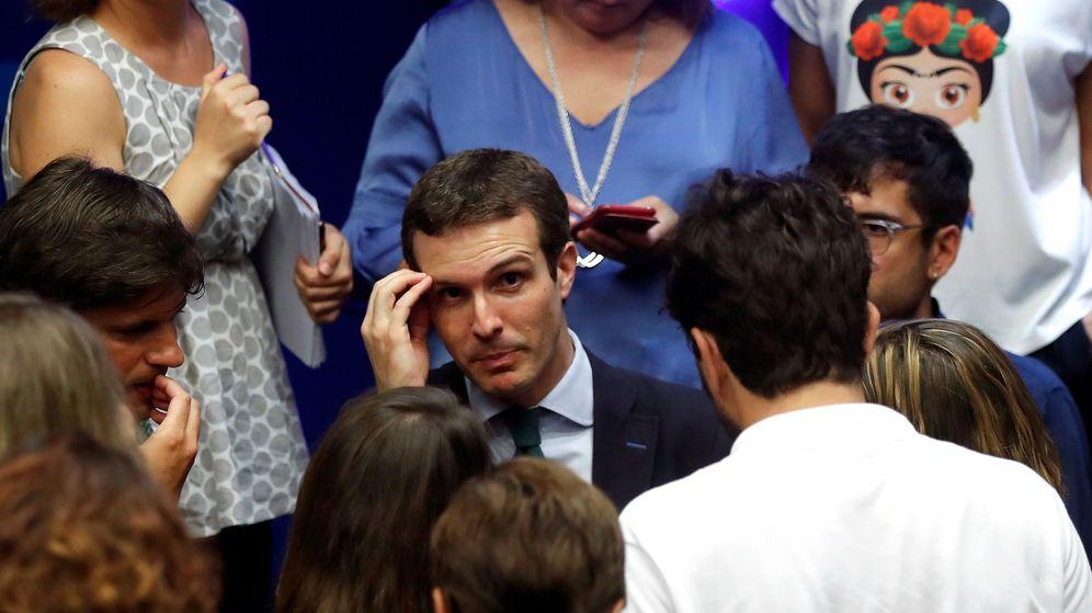 Foto: El presidente del PP y diputado por Ávila, Pablo Casado, habla con los periodistas tras su comparecencia en la sede tras elevarse su causa al Supremo. (EFE)