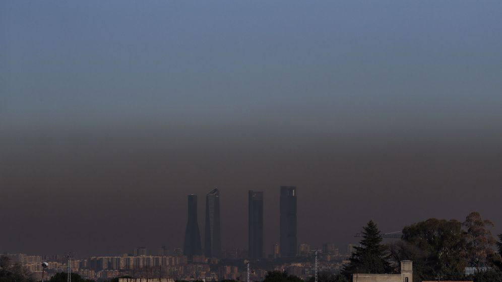 Foto: Vista de las Cuatro Torres de Madrid, con la boina de contaminación que se extiende desde hace unos días sobre la capital, desde Boadilla del Monte (Madrid). (EFE)