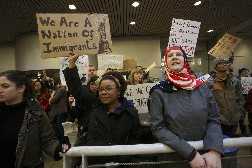 Foto: Activistas protestan en el Portland International Airport contra el veto migratorio impuesto por Trump. (Reuters)
