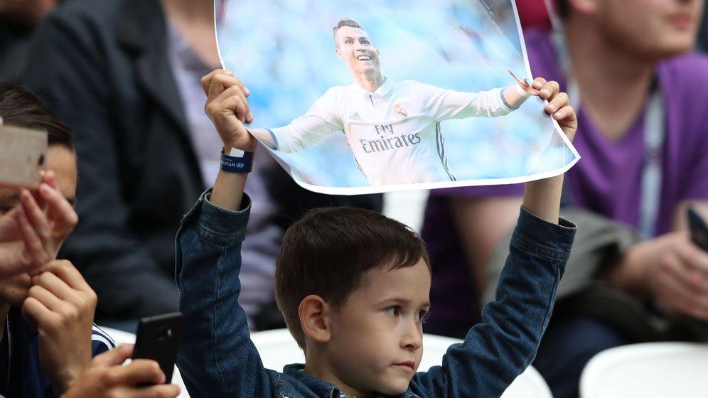 Foto: Un joven aficionado muestra una foto de Cristiano durante el México-Portugal de la Copa Confederaciones. (EFE)