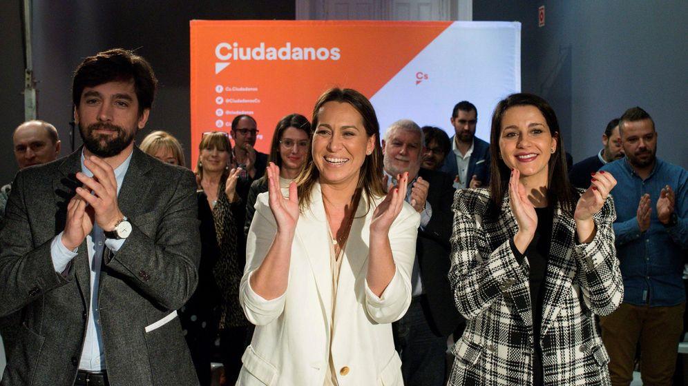 Foto: Inés Arrimadas, junto con Beatriz Pino, la candidata de Cs a la Xunta. (EFE)