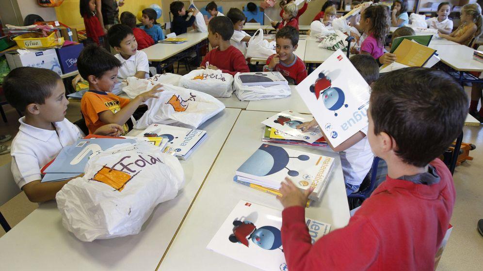 Foto: Un grupo de niños vuelve al colegio tras las vacaciones de verano. (EFE)
