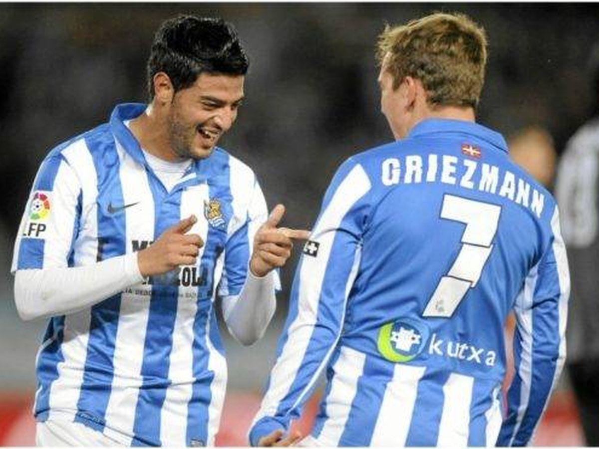 Foto: Vela y Griezmann celebran un gol durante su etapa en la Real Sociedad. (EFE)