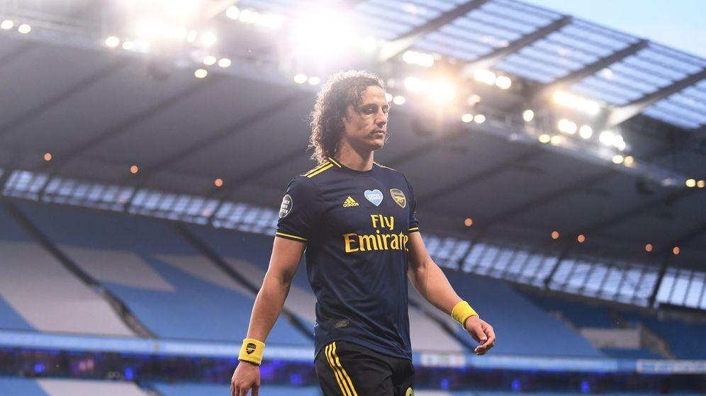 Foto: David Luiz, tras hacer un penalti y ser expulsado en el Manchester City-Arsenal. (Reuters)