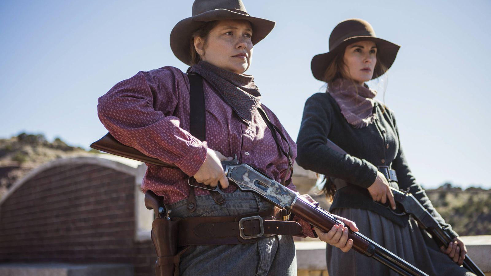 Foto: Merritt Wever y Michelle Dockery, dos mujeres dispuestas a todo para proteger su localidad. (Netflix)