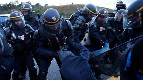 Gas lacrimógeno, cargas... Francia desaloja a los manifestantes de La Jonquera, en imágenes