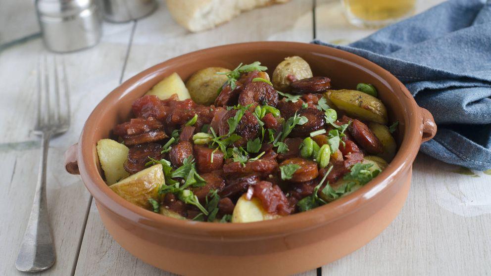 Patatas al ajillo con salchichas, una receta para la que solo necesitas un microondas