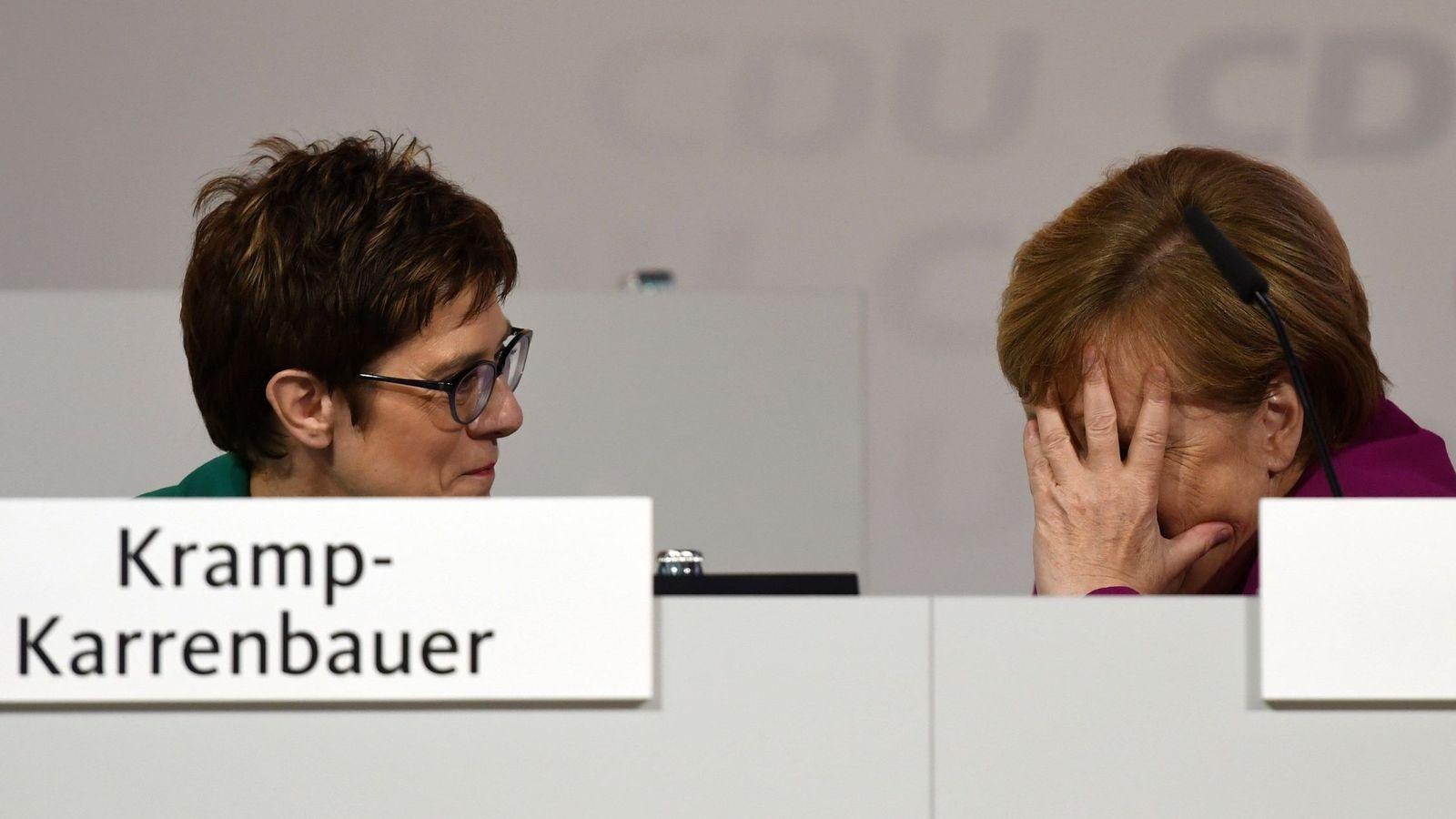 Foto: Annegret Kramp-Karrenbauer y Angela Merkel. (Reuters)