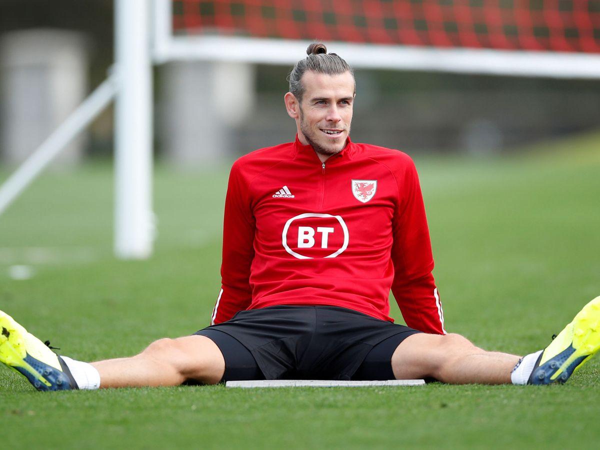 Foto: Gareth Bale sentado y feliz durante un entrenamiento con la Selección de Gales. (Efe)