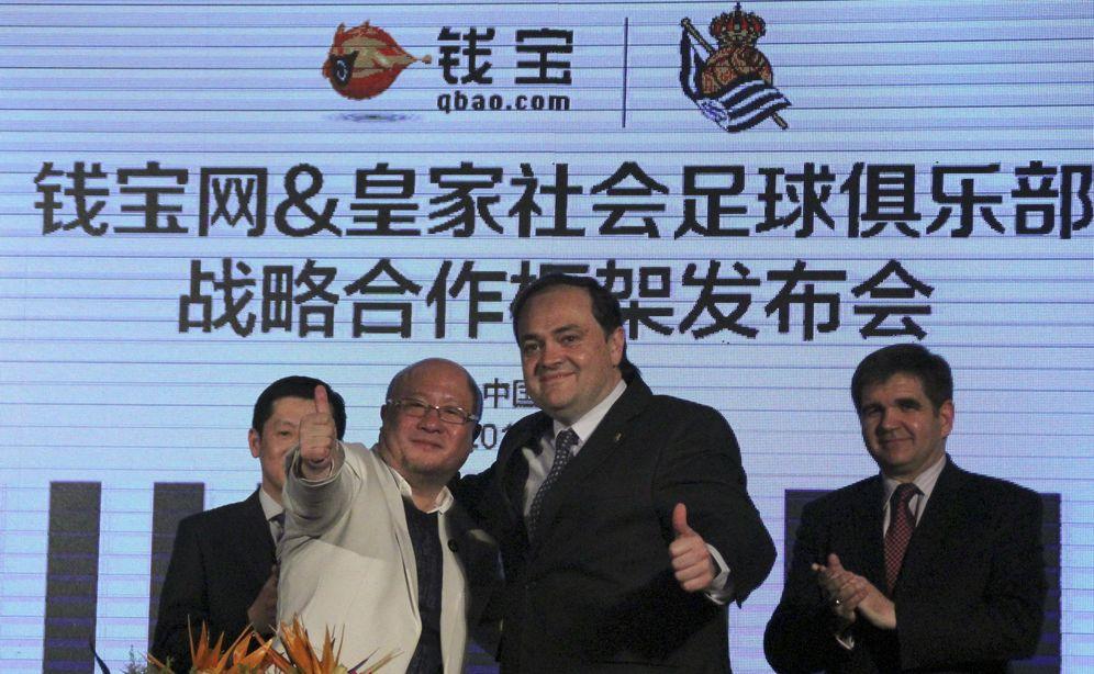 Foto: Jokin Aperribay, presidente de la Real Sociedad, durante la ampliación del acuerdo con Qbao.com (EFE)