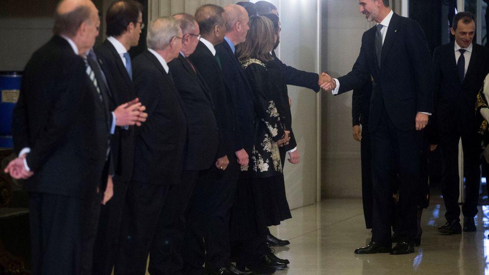 Foto:  El rey Felipe VI saluda a su llegada a la cena de inauguración del Mobile World Congress (MWC). (EFE)