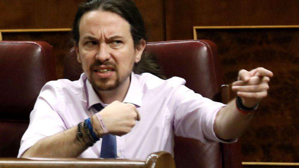 Foto: -El líder de Podemos, Pablo Iglesias, se dirige a la bancada popular durante la sesión de control al Gobierno. (EFE)