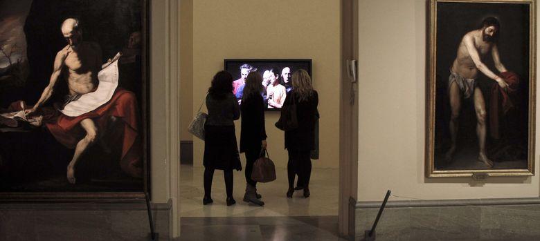 Foto: Varias personas observan 'El quinteto de los silenciosos', de Bill Viola en la Real Academia de Bellas Artes. (EFE)
