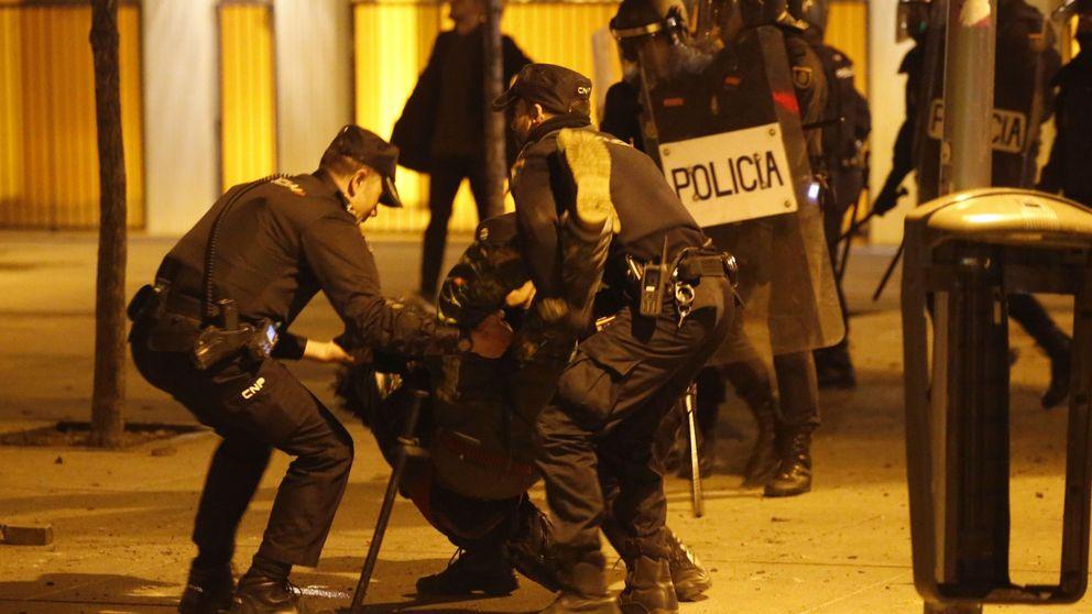 Vídeo: la agresión de la Policía a un joven en plenos disturbios de Lavapiés