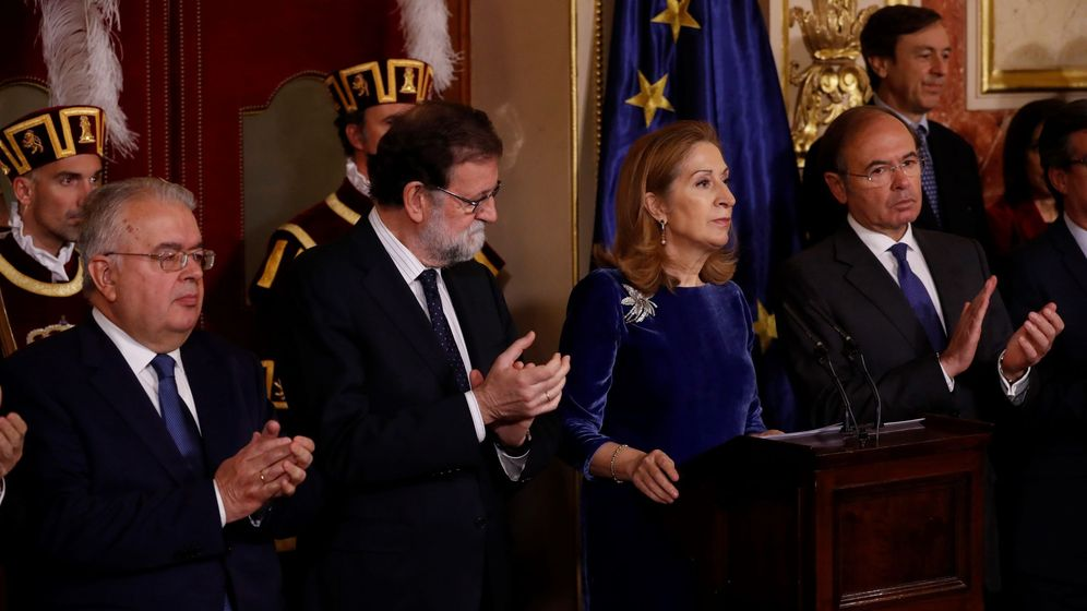 Foto: La presidenta del Congreso, Ana Pastor, recibe los aplausos del presidente del Senado, Pío García-Escudero; el presidente del Gobierno, Mariano Rajoy, y el presidente del TC, Juan José González Rivas. (EFE)