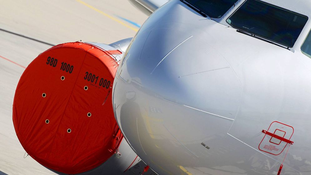 Foto: Turbinas de avión protegidas durante su estancia en tierra. (EFE)