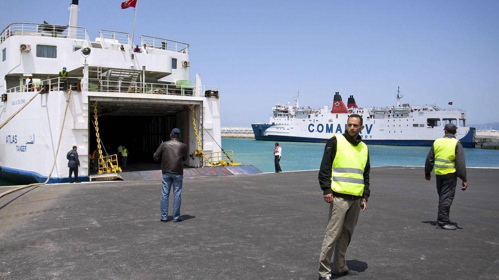 Foto: Personal de aduanas marroquíes en el puerto de Tánger, Marruecos (EFE)