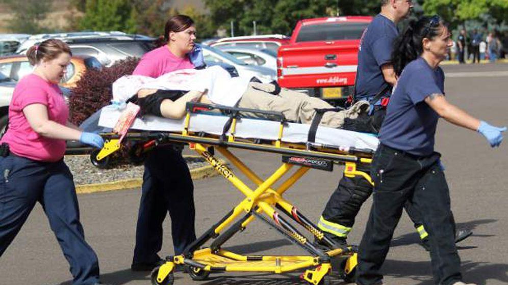 Foto: Sanitarios trasladan a una persona herida durante el tiroteo (Reuters)