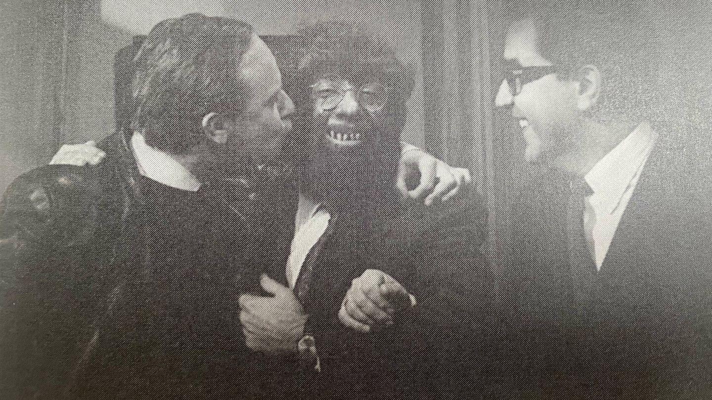 Manuel Summers y Alfredo Landa disfrazado de hombre lobo junto a Juan Miguel Lamet. (Libros Indie)
