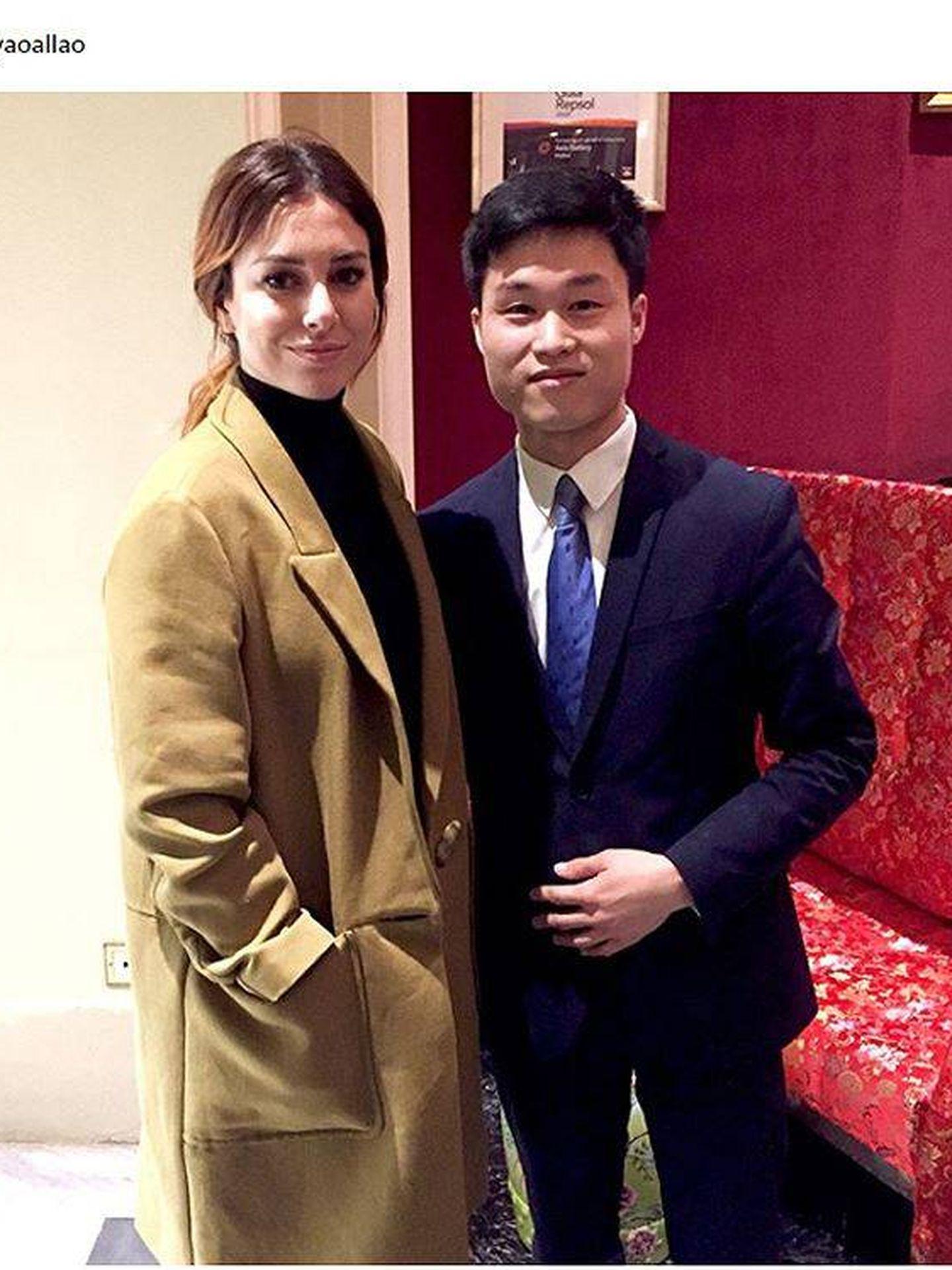 Blanca Suárez junto al usuario que se fotografió junto a ella y Casas. (Instagram)
