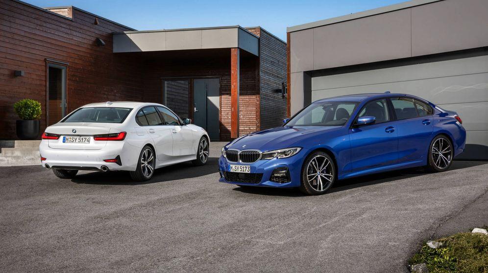 Foto: Dos coches de BMW a las puertas de un garaje.