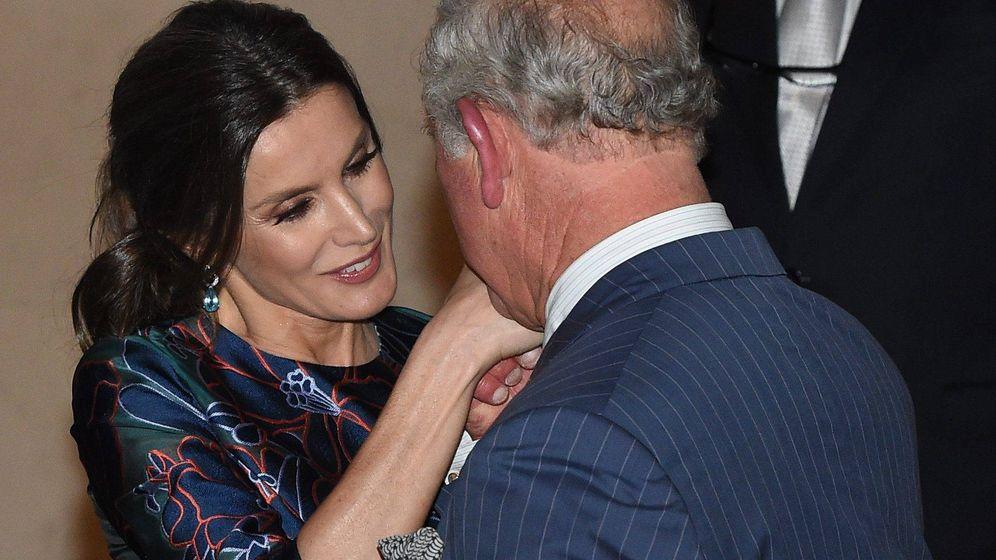Foto: Letizia saluda al príncipe Carlos. (Cordon Press)