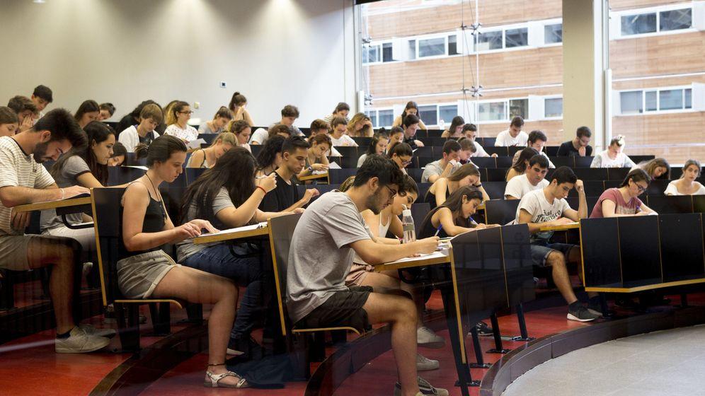 Foto: Estudiantes realizando la selectividad en la UPF de Barcelona | EFE