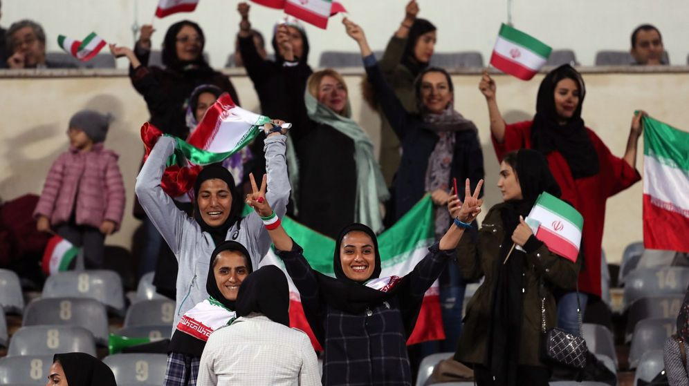 Foto: Varias mujeres iraníes acceden a la gradas antes de un partido de fútbol amistoso. (EFE)