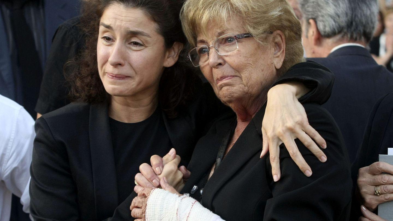 Vanessa y su madre, en el entierro de Manolo Escobar. (EFE)