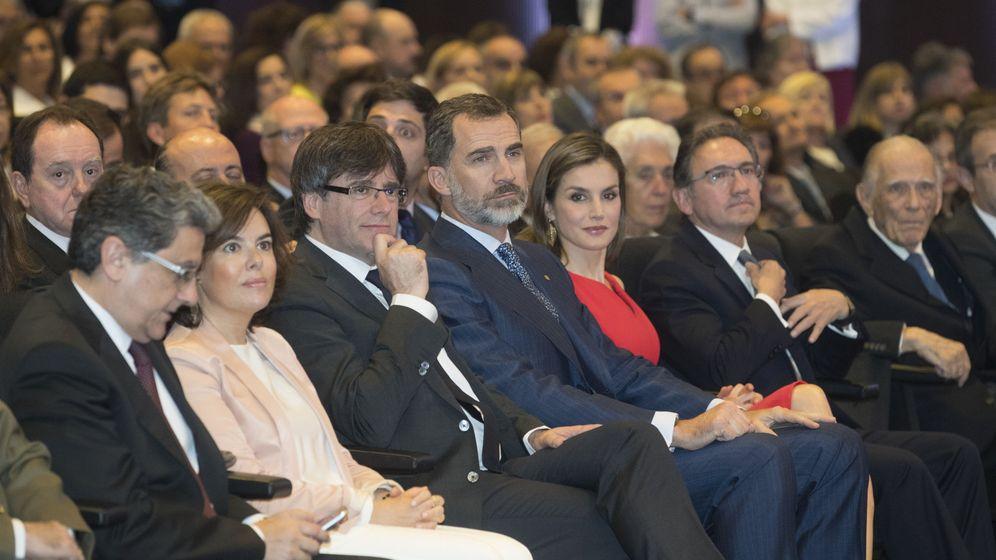 Foto: Carles Puigdemont (3i), junto a los Reyes de España y la vicepresidenta del Gobierno, Soraya Sáenz de Santamaría (2i), en la ceremonia de entrega de becas de La Caixa. (EFE)