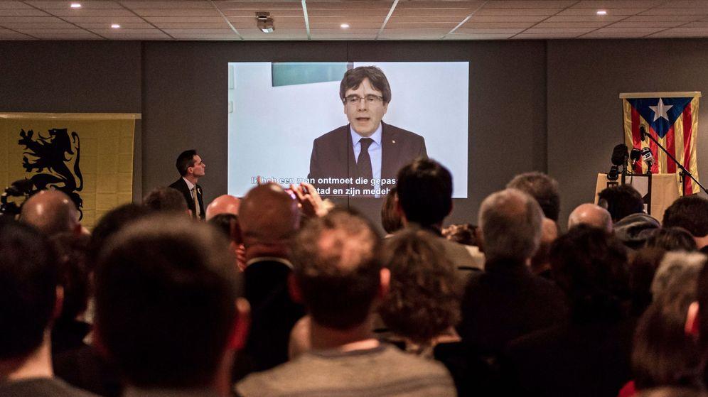 Foto: El expresidente de la Generalitat Carles Puigdemont da un discurso a los jóvenes seguidores del partido Nueva Alianza Flamenca. (EFE)