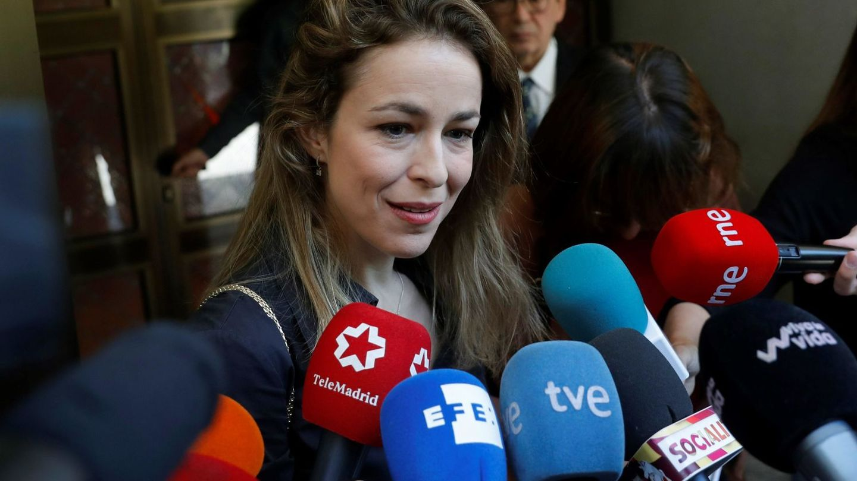 Silvia Abascal realiza declaraciones a su llegada al tanatorio. (EFE)