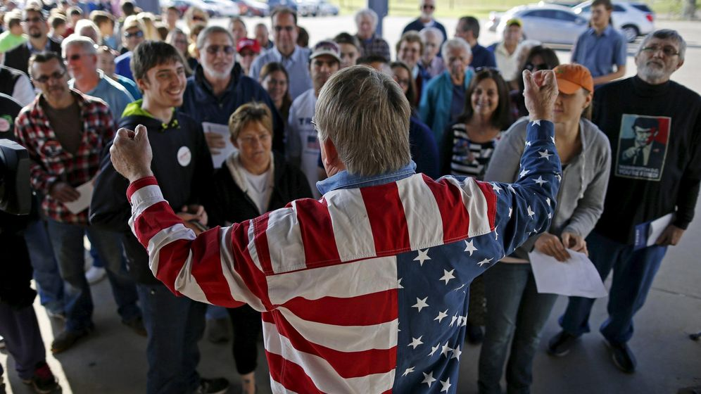 Foto: Un partidario del candidato republicano Donald Trump habla ante una multitud en un acto de campaña en Waterloo, Iowa, el 7 de octubre de 2015. (Reuters)