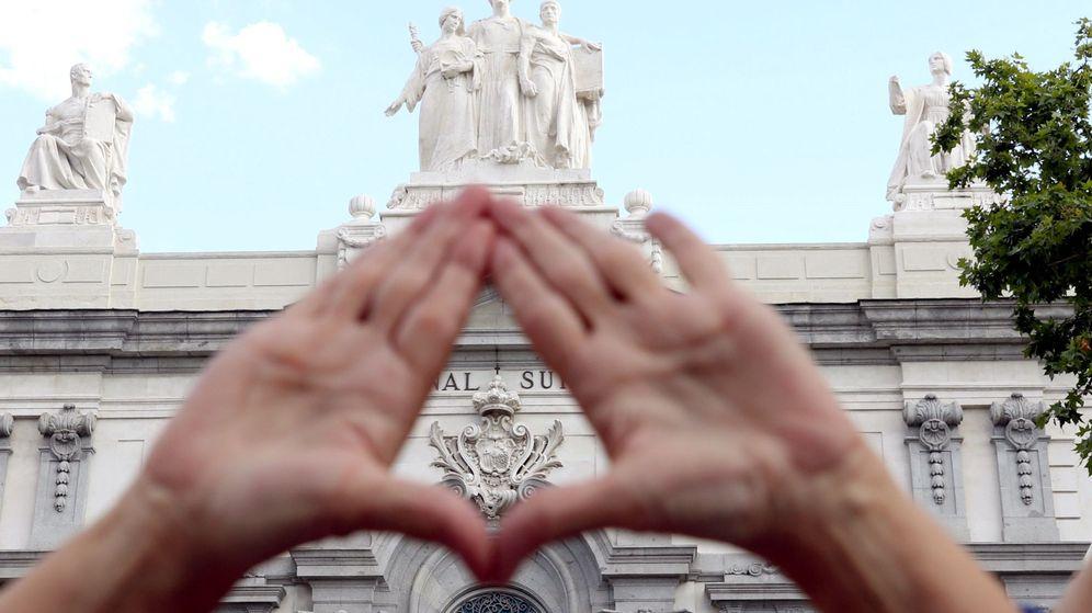 Foto: Concentración frente al Tribunal Supremo en apoyo a la víctima de 'La Manada'. (EFE)