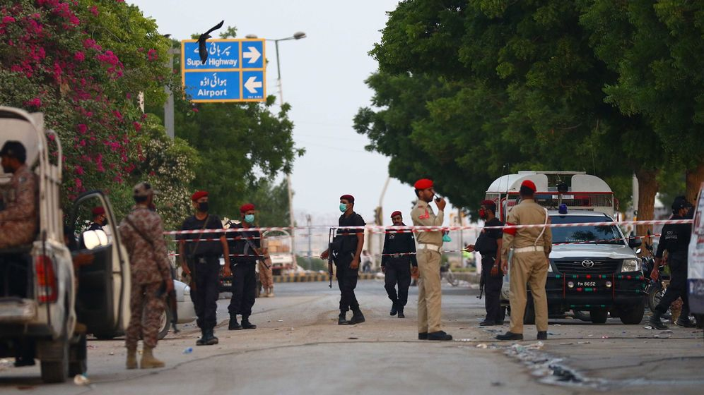 Foto: Autoridades paquistanies en la zona del accidente de avión (EFE)