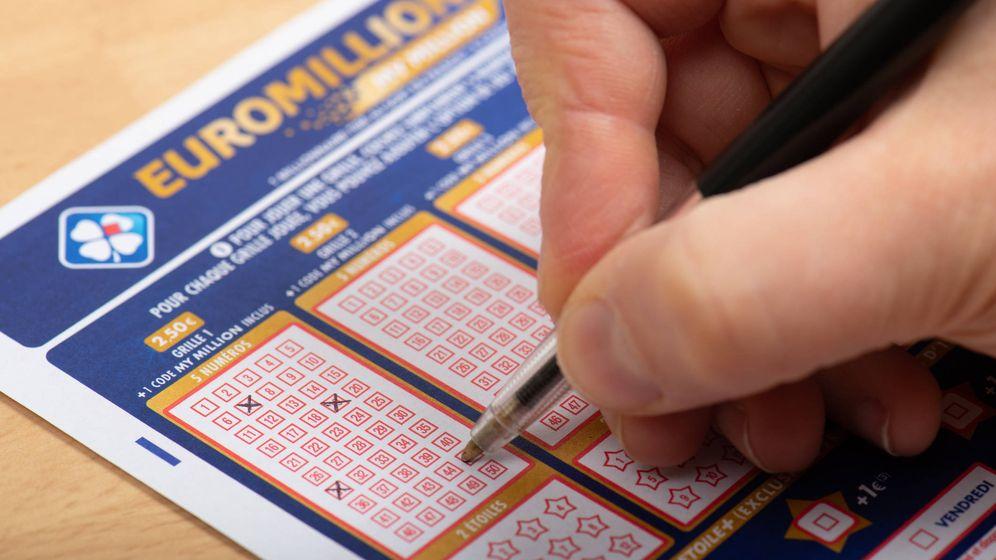 Foto: Un jugador rellena un boleto de Euromillones. (iStock)
