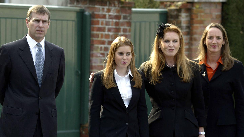 Los duques de York y una de sus hijas, en una imagen de 2003. (Getty)