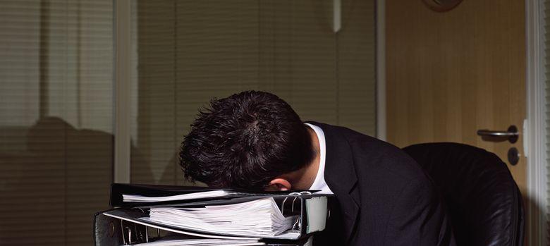 Foto: Trabajar demasiadas horas disminuye el rendimiento y, a la larga, aumenta el absentismo. (Corbis)