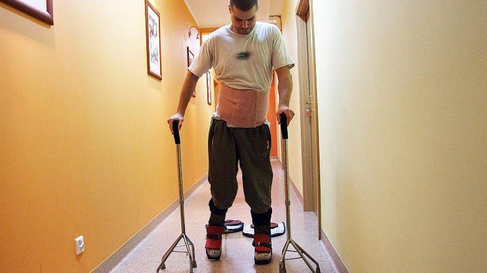Un hombre vuelve a caminar tras un trasplante de sus propias células