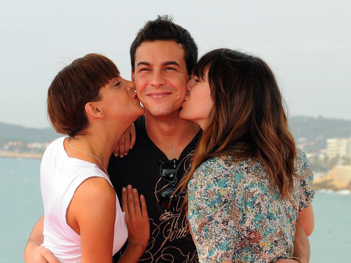 Foto:  Macarena Gómez y Blanca Suárez besan a Mario Casas. (Getty)