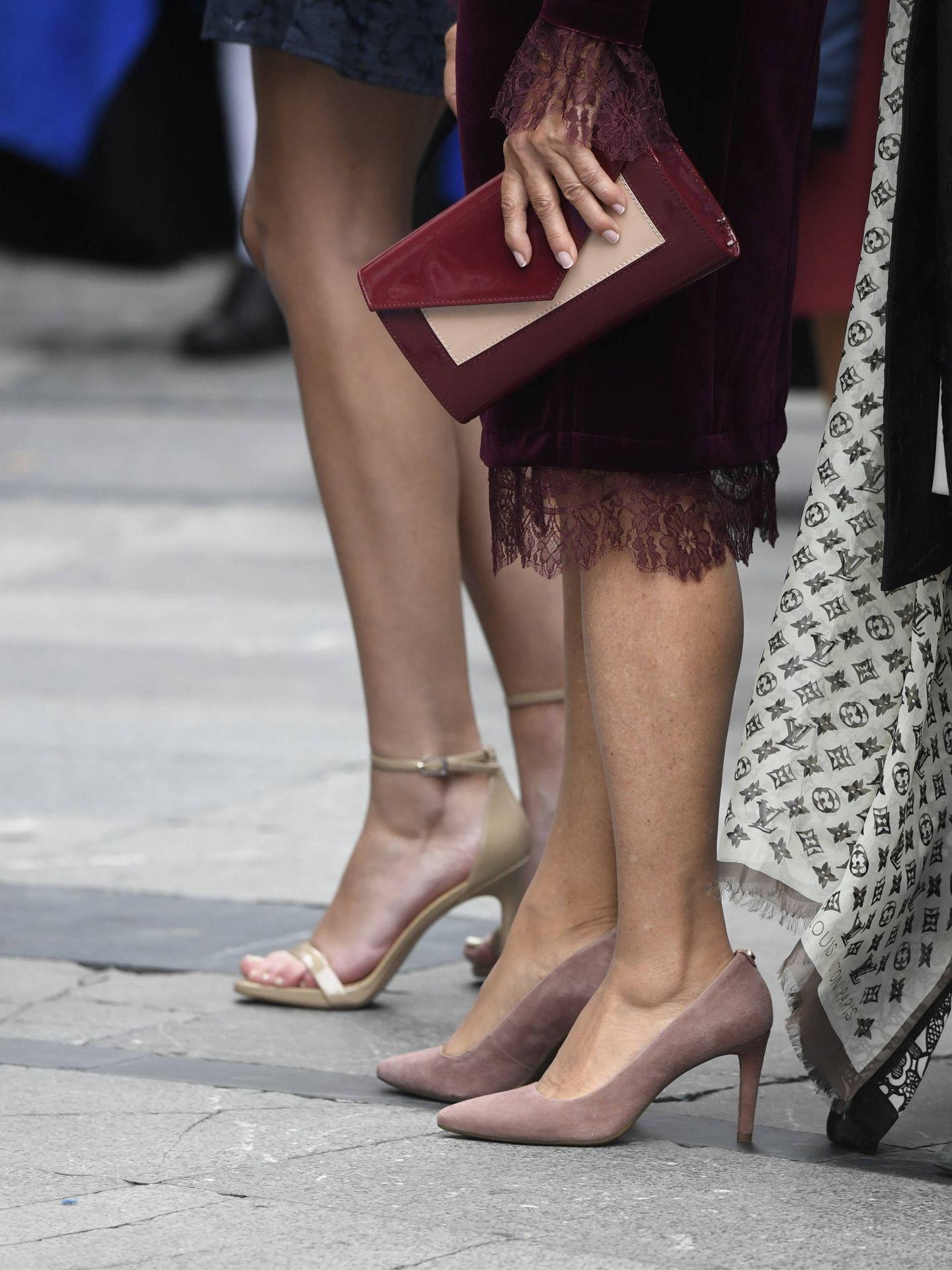 Detalle de los zapatos y el bolso de Paloma Rocasolano. (Limited Pictures)