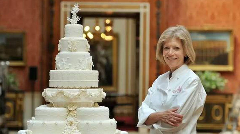 Fionna Cairns, con el pastel en Buckingham. (ITV)