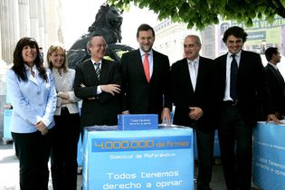 Foto: Rajoy se presenta en el Congreso con más de cuatro millones de firmas a favor del referéndum