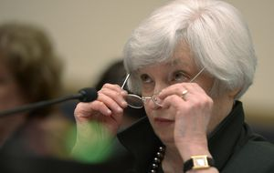 Wall Street reacciona con calma al mensaje de la Fed mientras el dólar se estira