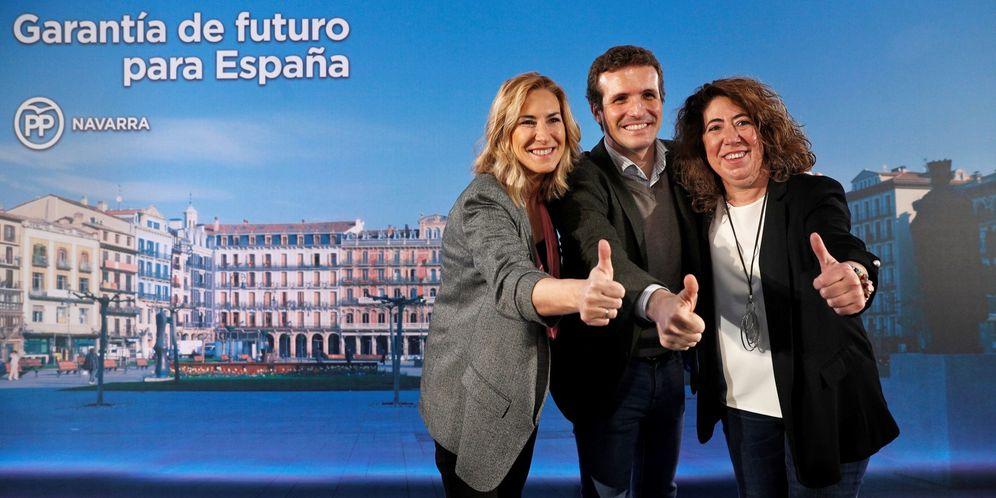 Foto: Casado posa junto a las candidatas Ana Beltrán (izquierda) y Carmen Alba, este jueves en Pamplona. (EFE)