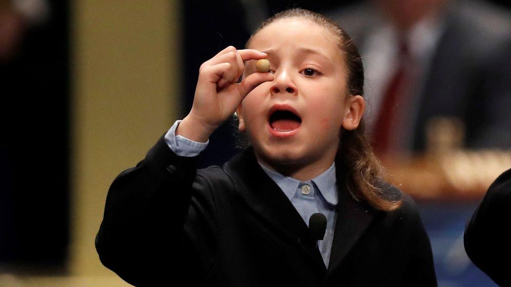 Foto: Aya, la niña que se hizo famosa con los 'mil euros' más largos en la Lotería de Navidad de 2017 (EFE)