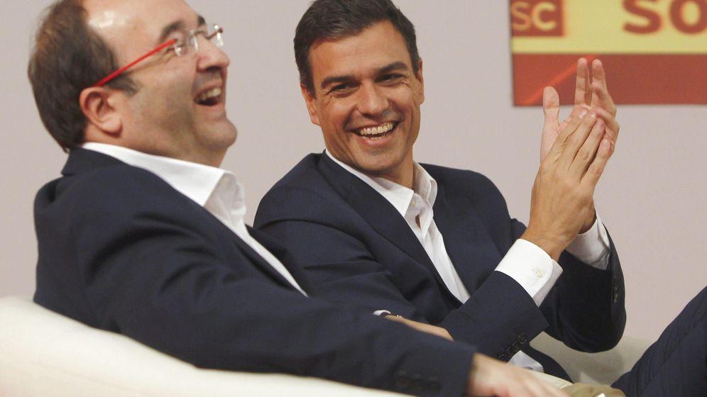 Foto: El líder del PSOE, Pedro Sánchez, junto al secretario del PSC, Miquel Iceta, durante un encuentro con socialistas catalanes. (EFE)