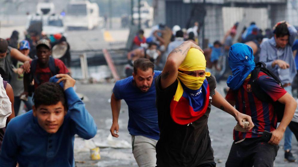 Foto: Manifestantes salen corriendo durante los enfremtamientos con las fuerzas del Gobierno en Caracas. (Reuters)