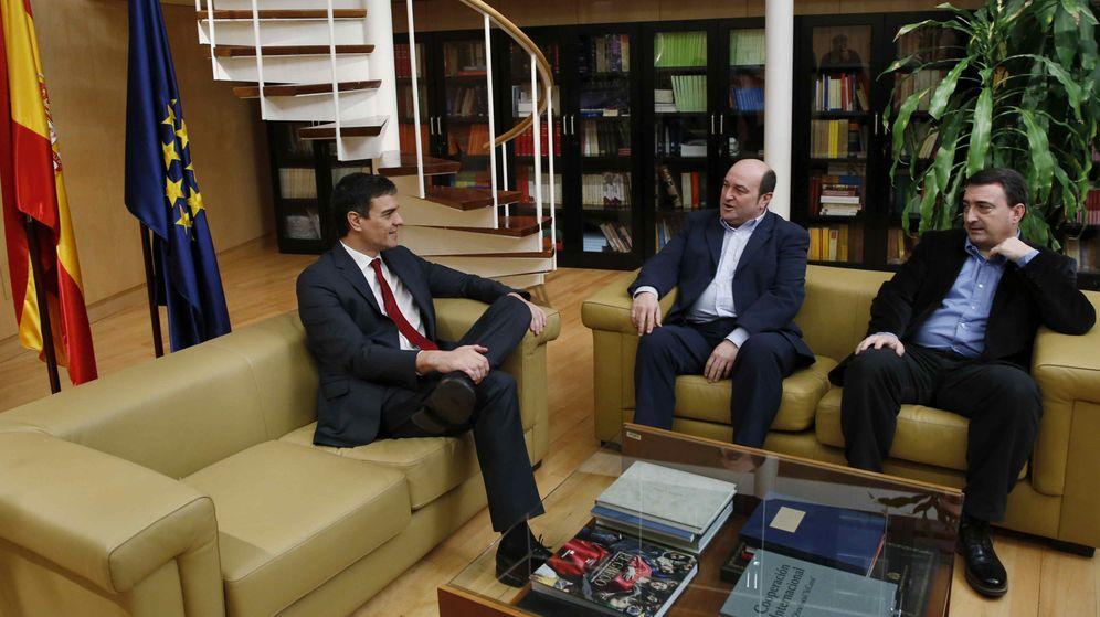 Foto: Pedro Sánchez con el presidente del PNV, Andoni Ortuzar (a la izquierda) y el portavoz en el Congreso, Aitor Esteban, este 6 de febrero de 2016. (EFE)